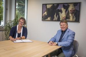 Marjolein Jansen lid van de Raad van Bestuur bij het Kadaster en Sjaak van der Tak, voorzitter LTO Nederland