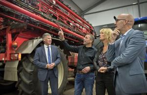 De bestuurders bij de ondertekening van de aanpak van nitraatuitspoeling