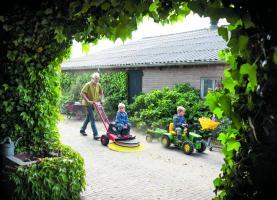 Veehouder Henk Dekker veegt zijn erf met een elektrische veegmachine. Fotobron: Nieuwe Oogst