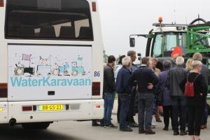 De deelnemers aan de eerste tour van de waterkaravaan-bus