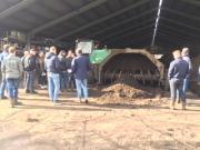 De composteermachine belucht de organische reststromen. Uiteindelijk ontstaat compost, goed voor de bodem.